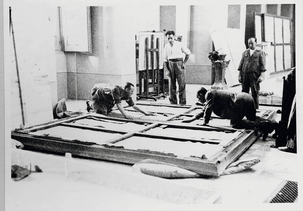 Mientras las calles se empapelaban con carteles que llamaron a la protección del patrimonio, en el Prado se despejaban las salas para evitar los bombardeos y se embalaban las obras que marcharon con el Gobierno de la República.