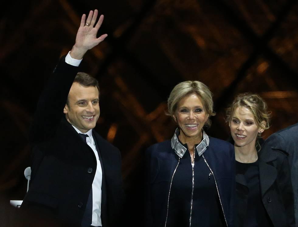 Emmanul Macron celebra su victoria en mayo de 2017 junto a su esposa, Brigitte, y la hija de esta, Tiphaine Auziere.