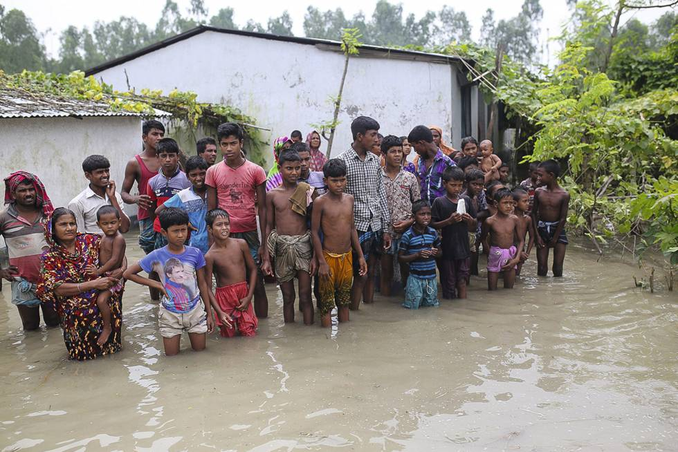 Bangladesh. Moradores de um povoado aguardam socorro depois das inundações causadas pelas chuvas.
