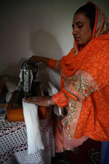 Las compresas se fabrican con una máquina de coser a manivela.