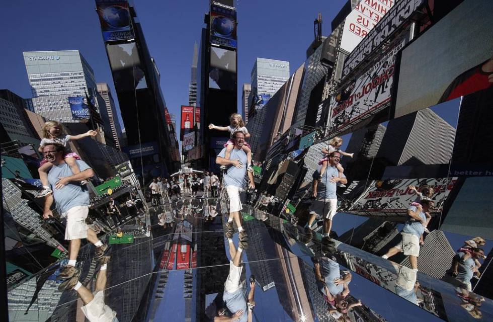 'The beginning of the end', la obra que Rachel Valdés instaló en Times Square.