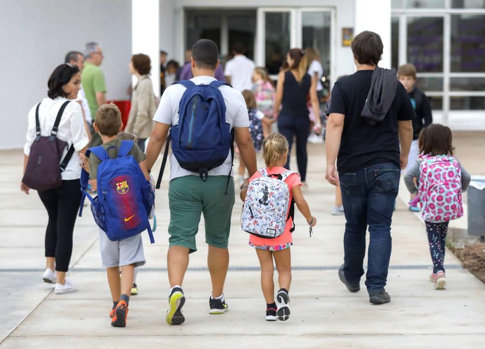 Padres y alumnos llegan al centro escolar.