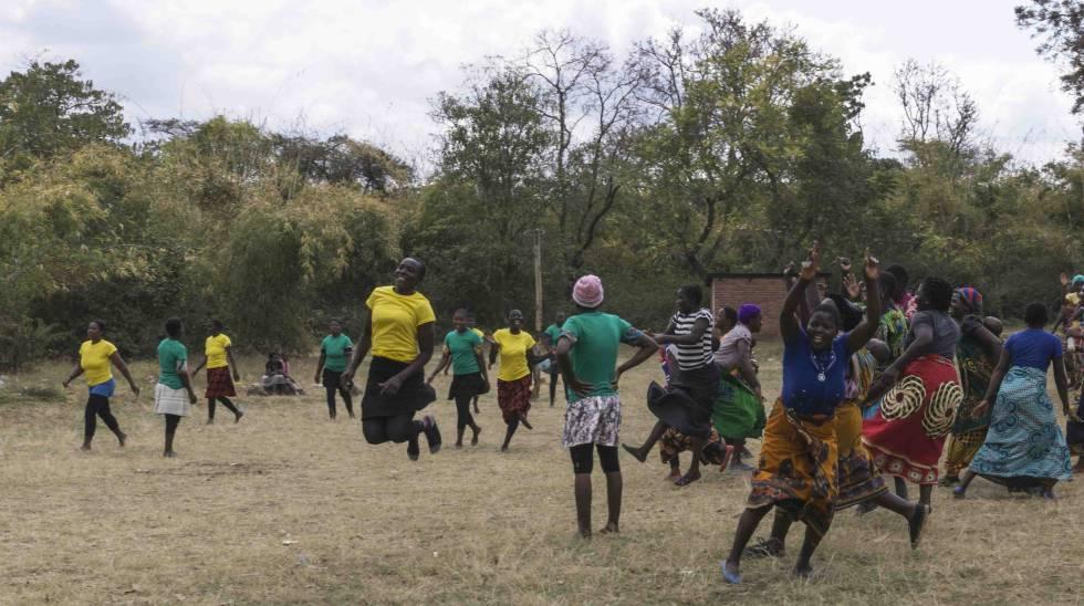 El público salta al campo para celebrar un tanto marcado por el equipo de Mlinga, en Malawi.