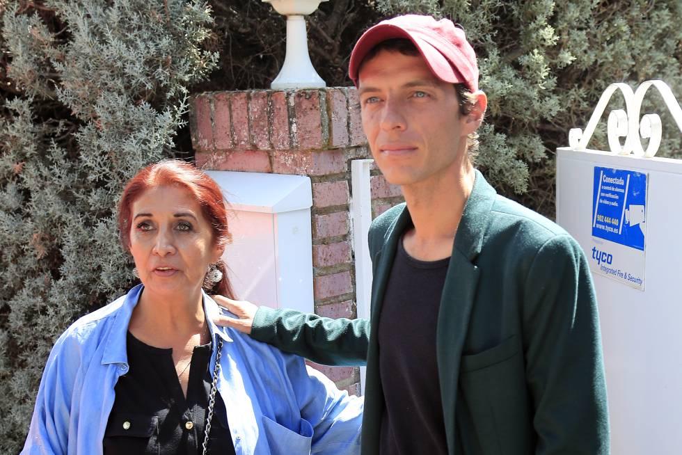 Camilo Blanes y su madre, Lourdes Ornelas, por las calles de Torrelodones, en Madrid, la pasada semana.