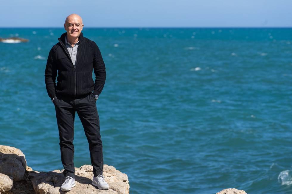 El biólogo Manu San Félix, en la cala de Talamanca (Ibiza).