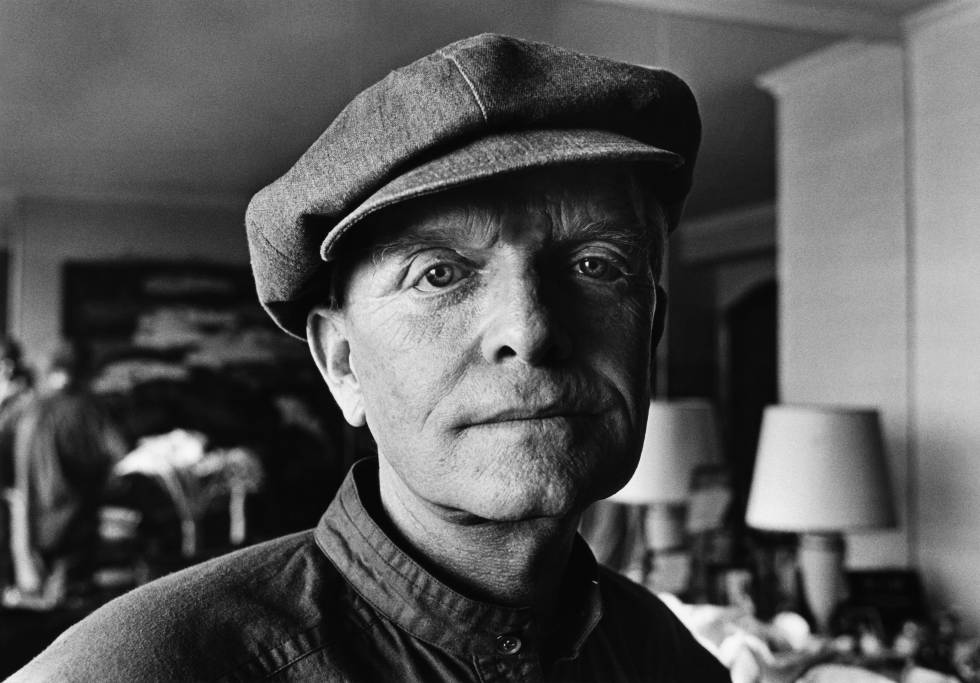 Truman Capote posa en el salón de su apartamento de Nueva York en 1980 cuatro años antes de su muerte. Falleció a los 59 años de una insuficiencia hepática.
