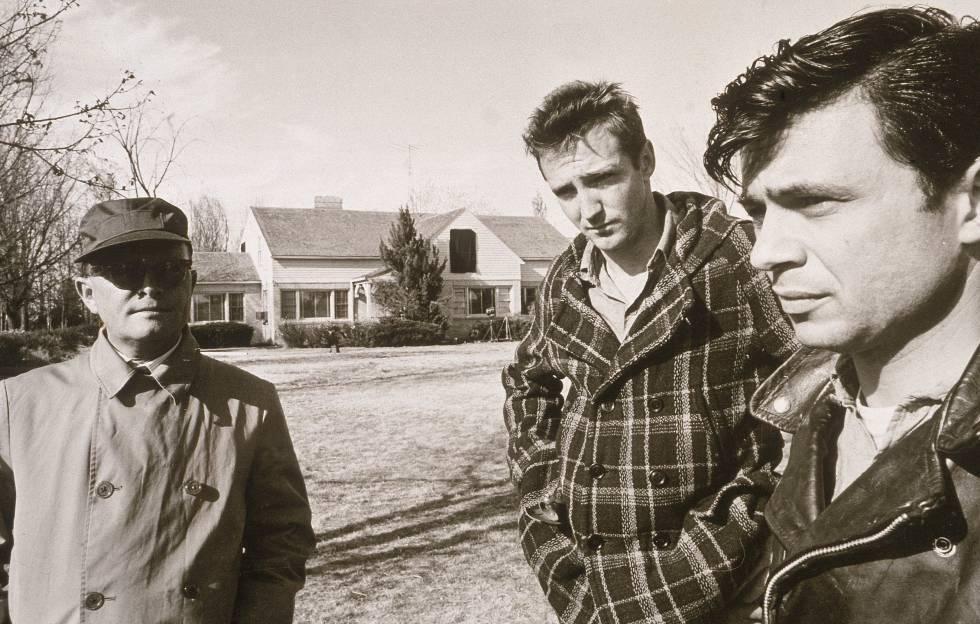 El escritor, a la izquierda, junto a los actores Scott Wilson y Robert Blake durante el rodaje, en 1967, de la versión cinematográfica de su libro más conocido, 'A sangre fría'.