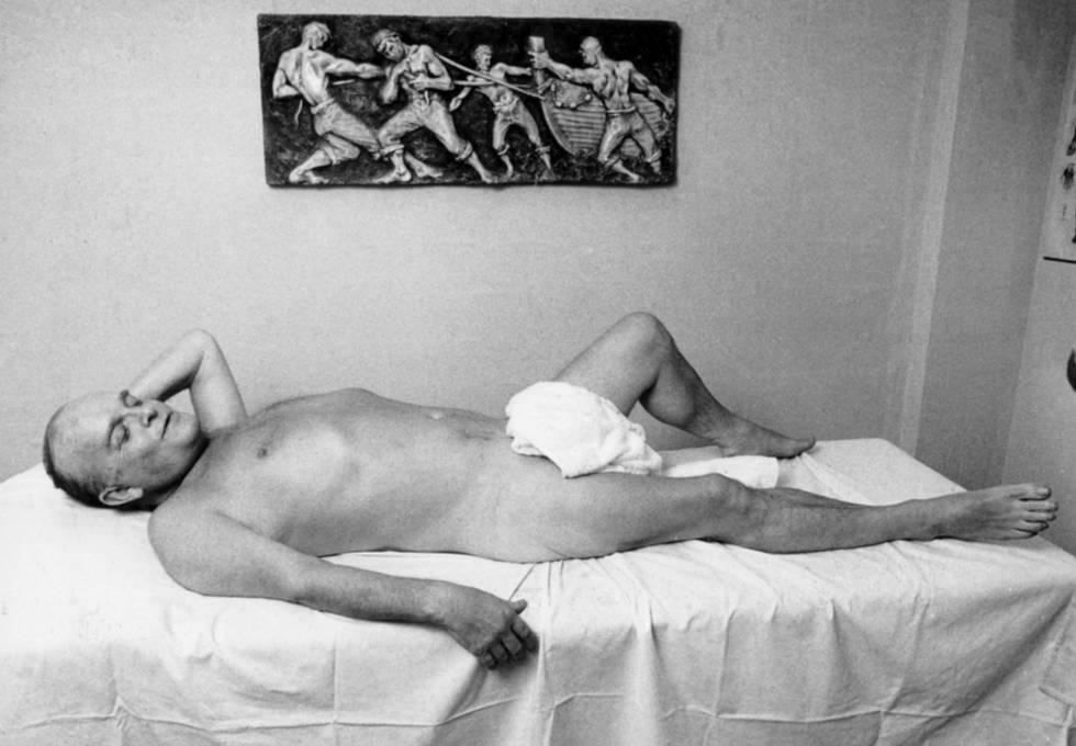 No solía tener mucho pudor ante la cámara. Aquí se deja fotografiar desnudo antes de que le den un masaje.