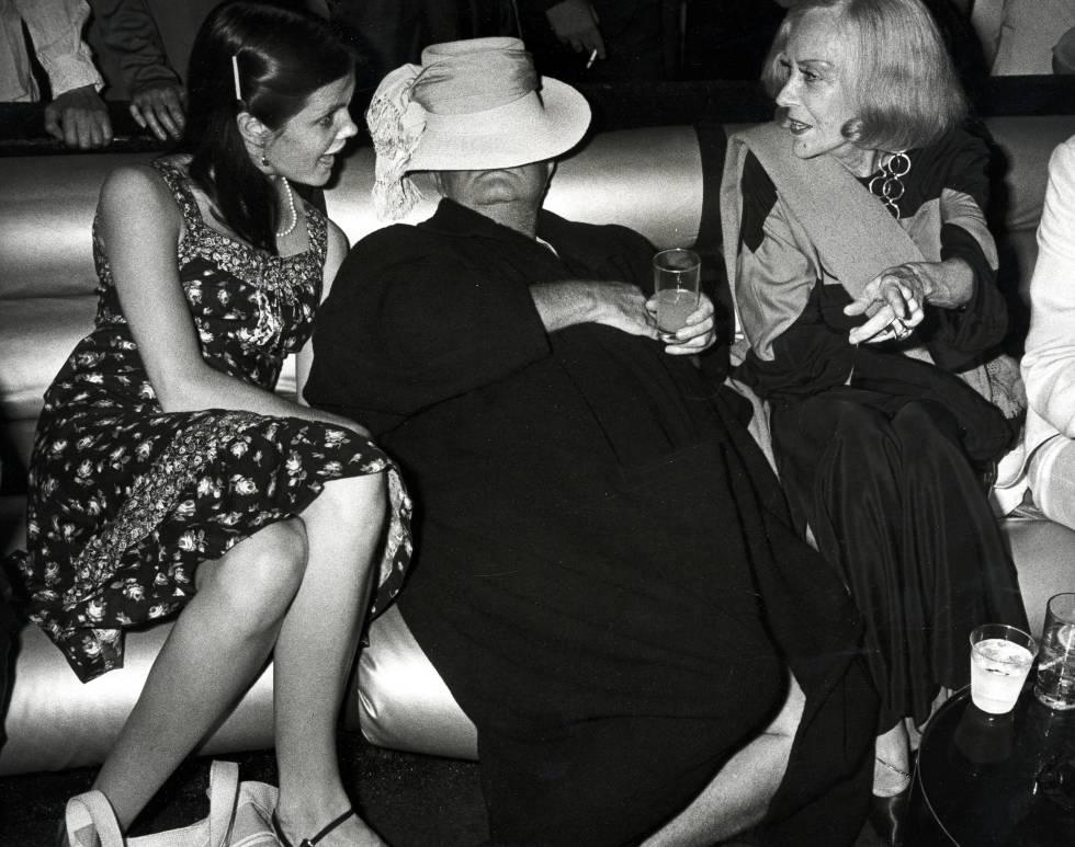 Las actrices le adoraban. Aquí en una fiesta junto a Kate Harrington y Gloria Swanson.