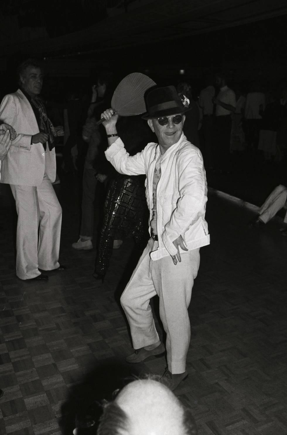 Otra noche de Capote en Studio 54. Esta vez con un abanico.