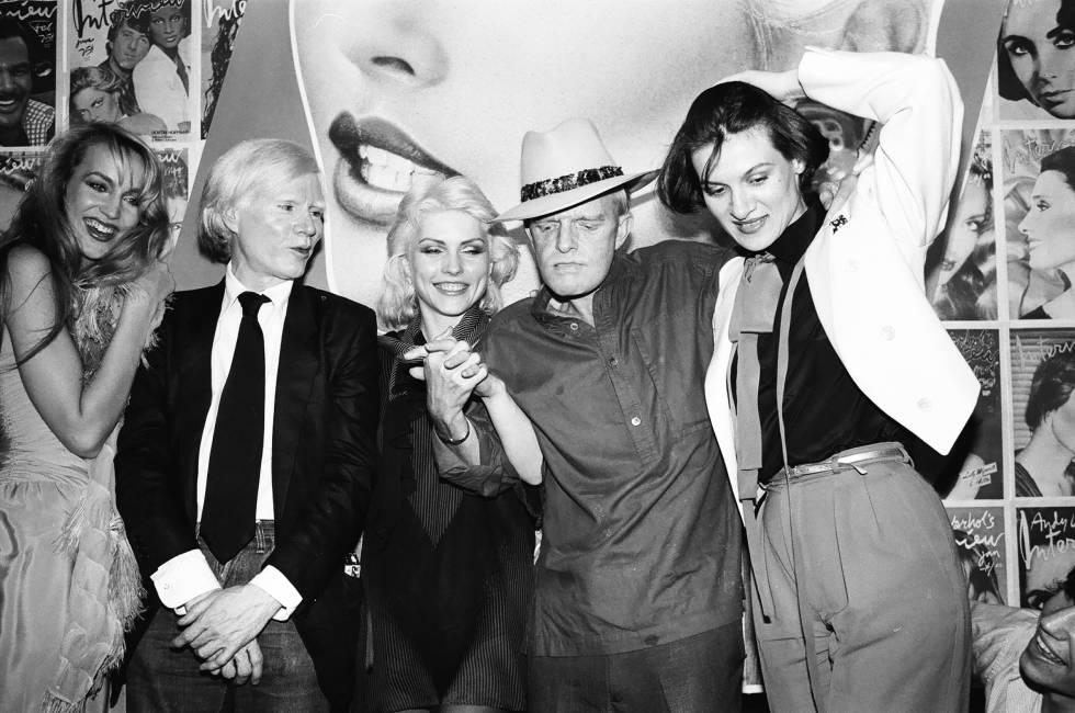 La modelo Jerry Hall, el artista Andy Warhol, la cantante de Blondie Debbie Harry, Truman Capote y la hija de Pablo Picasso, Paloma Picasso. En Studio 54 en ese año loco que fue 1979.