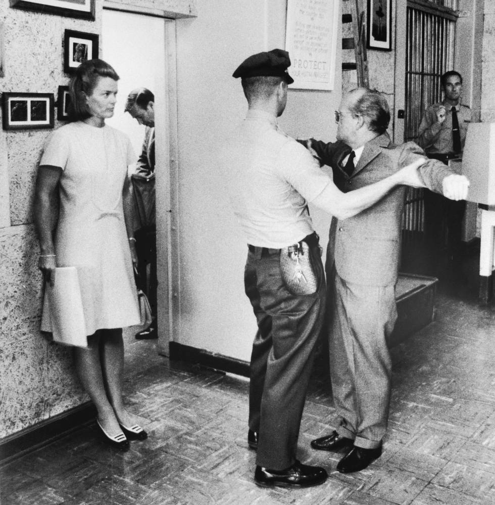 Truman Capote en la prisión de San Quentin antes de entrevistarse con los asesinos que inspiraron su novela 'A sangre fría'.