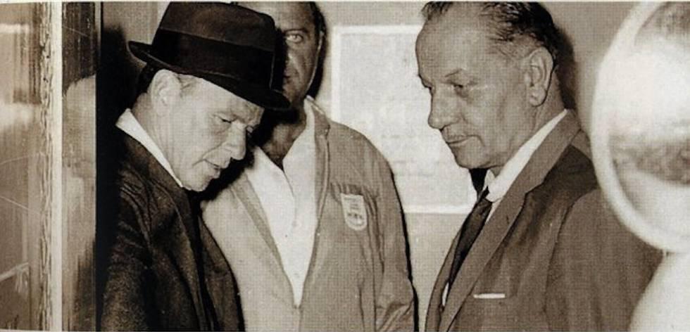 Frank Sinatra acompañado por el director del hotel Pez Espada de Málaga Robert Aletti en el ascensor del propio establecimiento. Sinatra llegó a la España franquista en 1964 y fue expulsado.