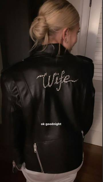 Hailey Baldwin, con una chaqueta de cuero en la que se lee