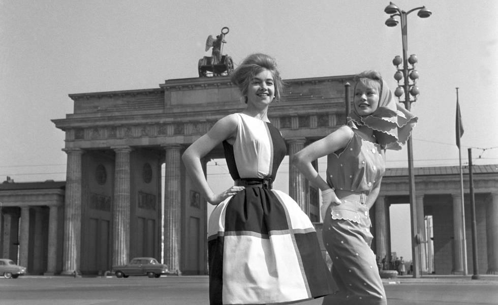 Duas modelos em 1960 em frente ao portão de Brandemburgo, entre os setores leste e oeste de Berlim, antes da construção do muro.