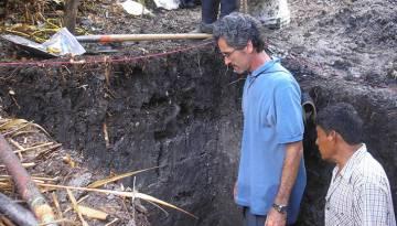 Tim Beach, geógrafo de la Universidad de Texas, y un compañero en una de las excavaciones realizadas en Belice.