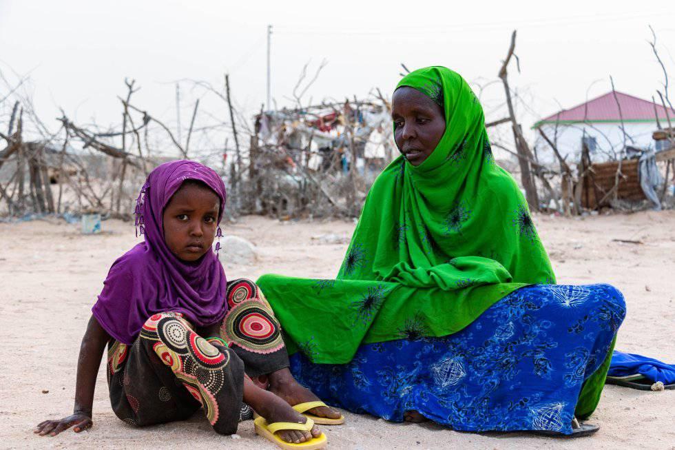 Hawo Mohamed se despertó una mañana y descubrió que una docena de cabras de su rebaño había muerto, supo que su vida como pastora tocaba a su fin. En la imagen, la pastora afectada por el cambio climático, con su hija Yasmin en su parcela de Berbera, en Somalilandia.