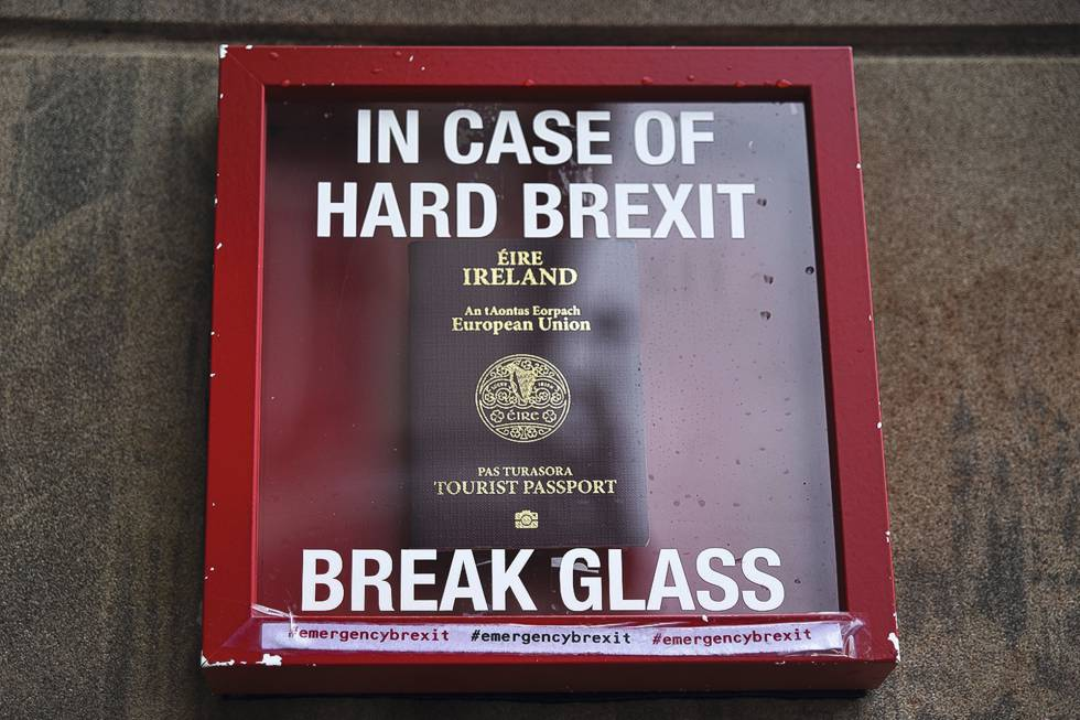 Un pasaporte irlandés junto al Parlamento británico dentro de una caja con el aviso: