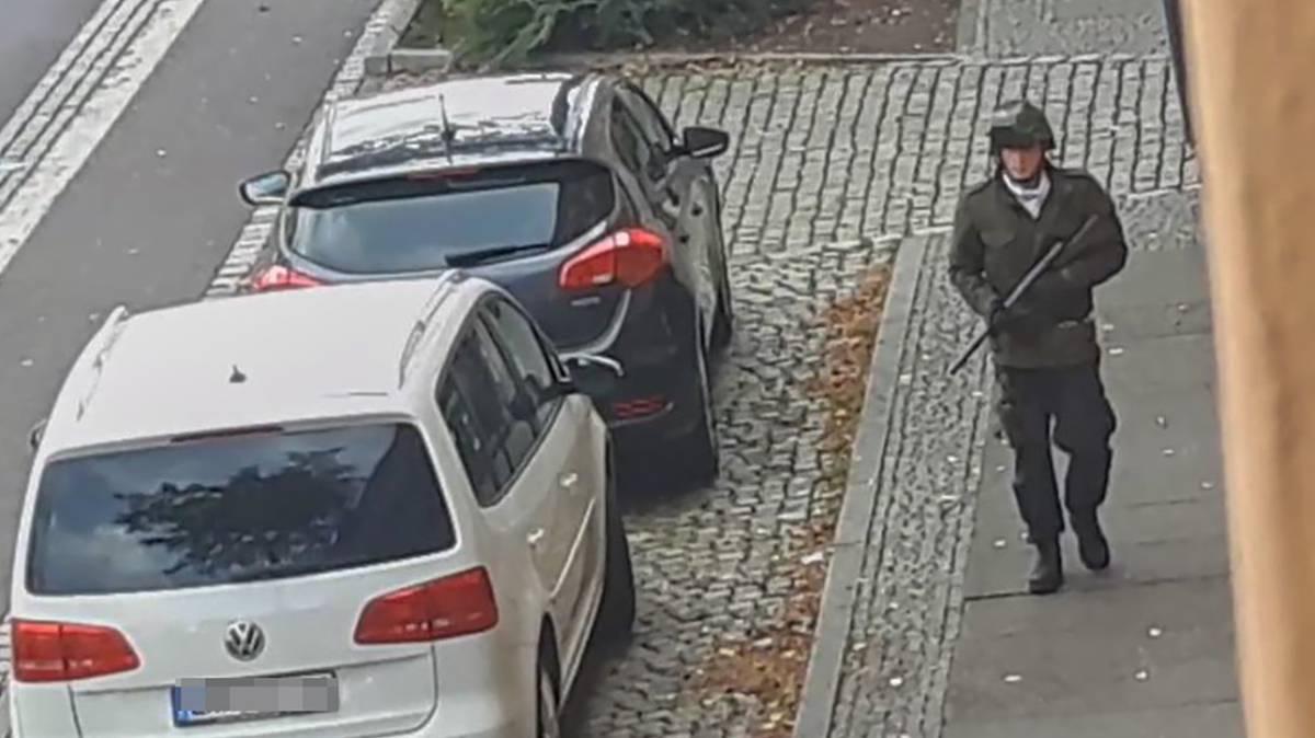 El terrorista, durante el atentado.