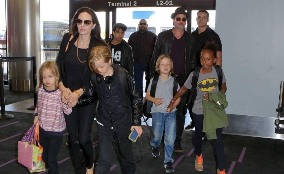 Brad Pitt y Angelina Jolie en el aeropuerto con sus hijos Pax, Maddox, Vivienne, Zahara , Knox y Shiloh en junio de 2015. GTRESONLINErn