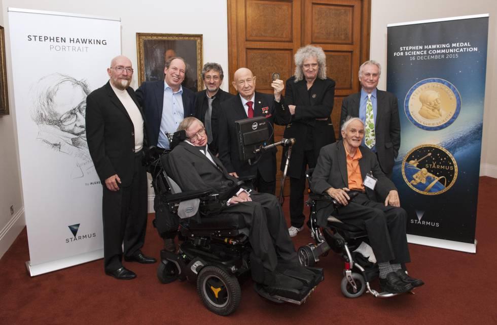 Al fondo, de izquierda a derecha, Kip Thorne, Nobel de física, el compositor Hans Zimmer, Garik Israelian, Leonov, Brian May y Richard Dawkins. En primera fila, Stephen Hawking y el Nobel de Química Harold Kroto.
