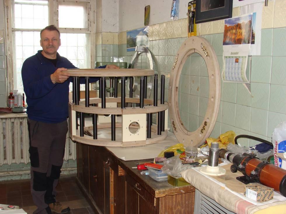 El astrónomo aficionado Gennady Borisov fabricando uno de sus telescopios
