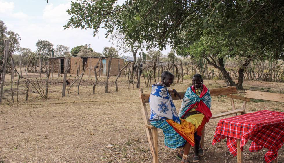 Noolaisanka Leposo conversa con su vecina Mairetwai Svuji en Oleleshwa, en el condado de Narok, al sur de Kenia.
