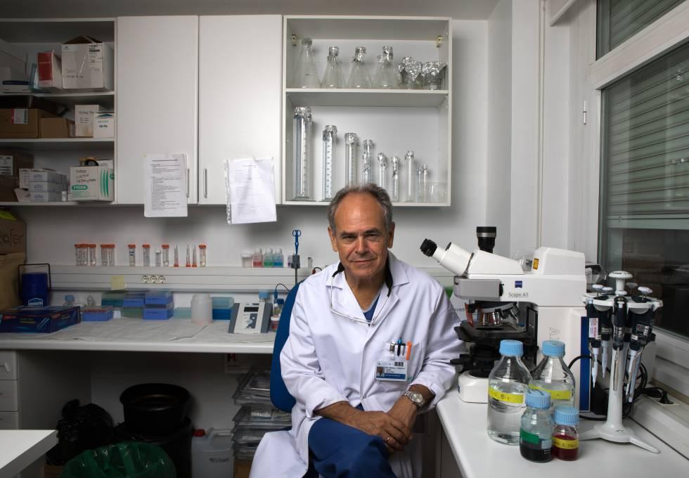 El cirujano Damián García Olmo en un laboratorio de la Fundación Jiménez Díaz, en Madrid