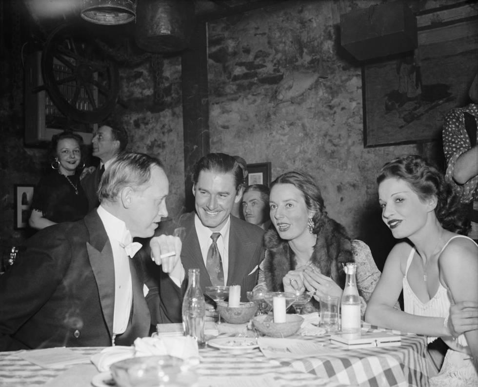 Errol Flynn, en el centro, durante una cena con amigos en un club de Washington en 1939.