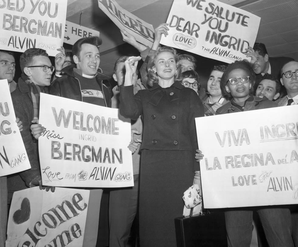 Ingrid Bergman rodeada de fans que la dan la bienvenida en el aeropuerto de Nueva York.