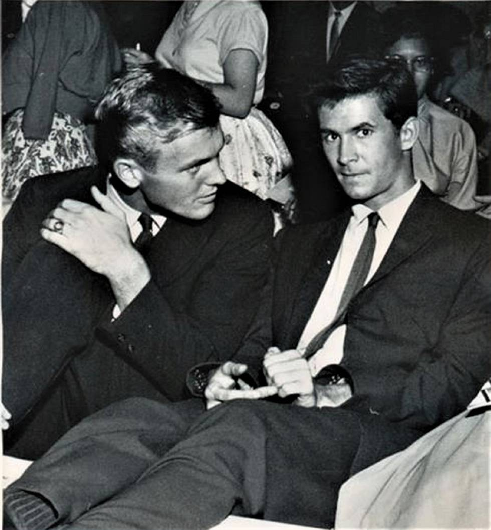 Anthony Perkins con un amigo, en una imagen del documental 'Tab hunter confidential'.