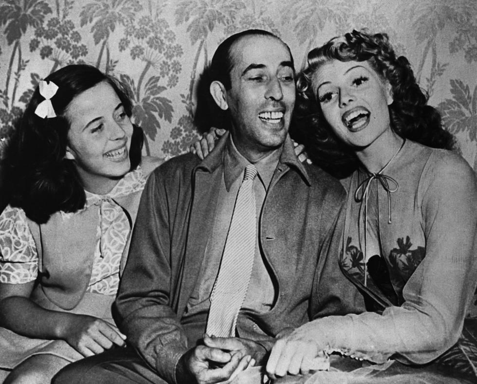 Carmina Cansino (prima de Rita Hayworth), Eduard Cansino (bailarín sevillano y padre de la actriz) y Rita Hayworth durante el rodaje de 'Bailando nace el amor' en 1943.