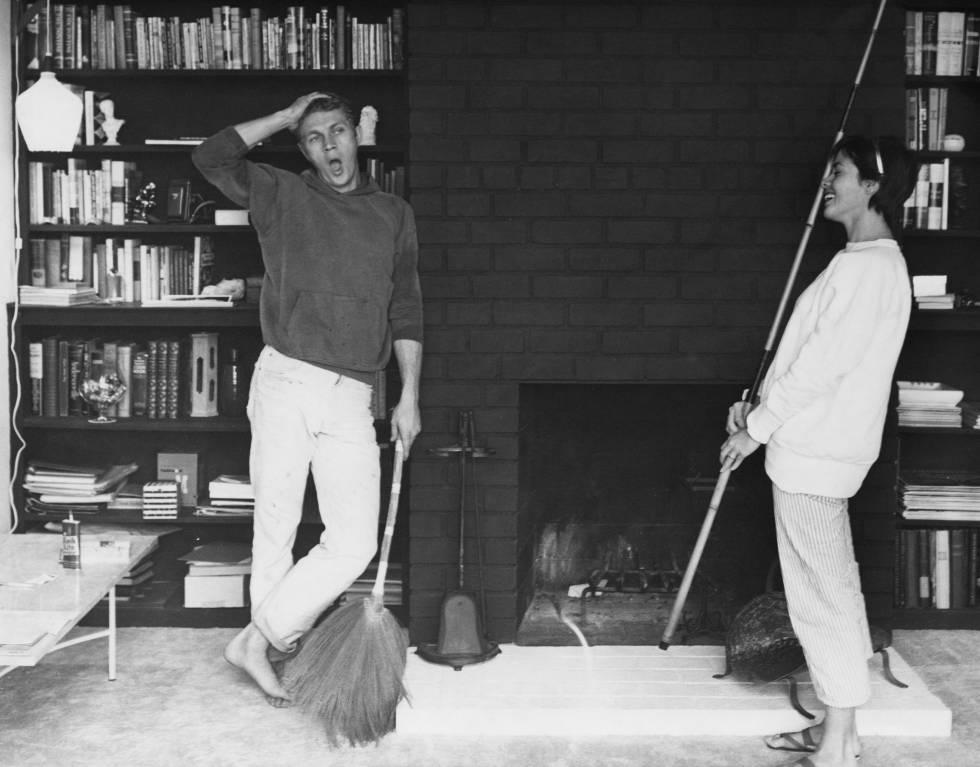 Steve McQueen junto a su primera mujer, la actriz Neile Adams, en su casa en 1958.
