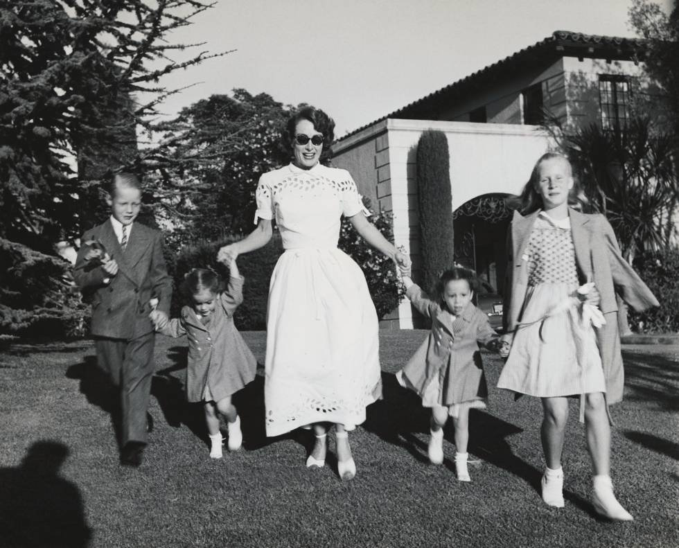 Joan Crawford paseando con sus cuatro hijos, Christopher, Cathy, Cynthia, y Christina.