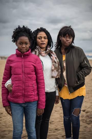 Sufren más agresiones, pero progresan más que los hombres: este es el perfil de la africana en Europa