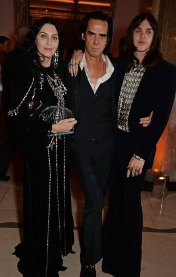 Nick Cave, arropado por su mujer Susie y su hijo, el actor Earl Cave, en un evento celebrado en Londres en octubre del año pasado.