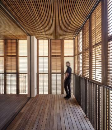 Cada piso cuenta con dos dormitorio, dos baños, cocinasalóncomedor y terraza. Las persianas de lamas abatibles de madera imitan las tradicionales persianas verdes de los balcones del Eixample.