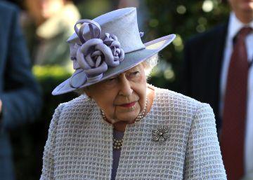 De sus sombreros a su probadora de zapatos: los secretos del armario de Isabel II