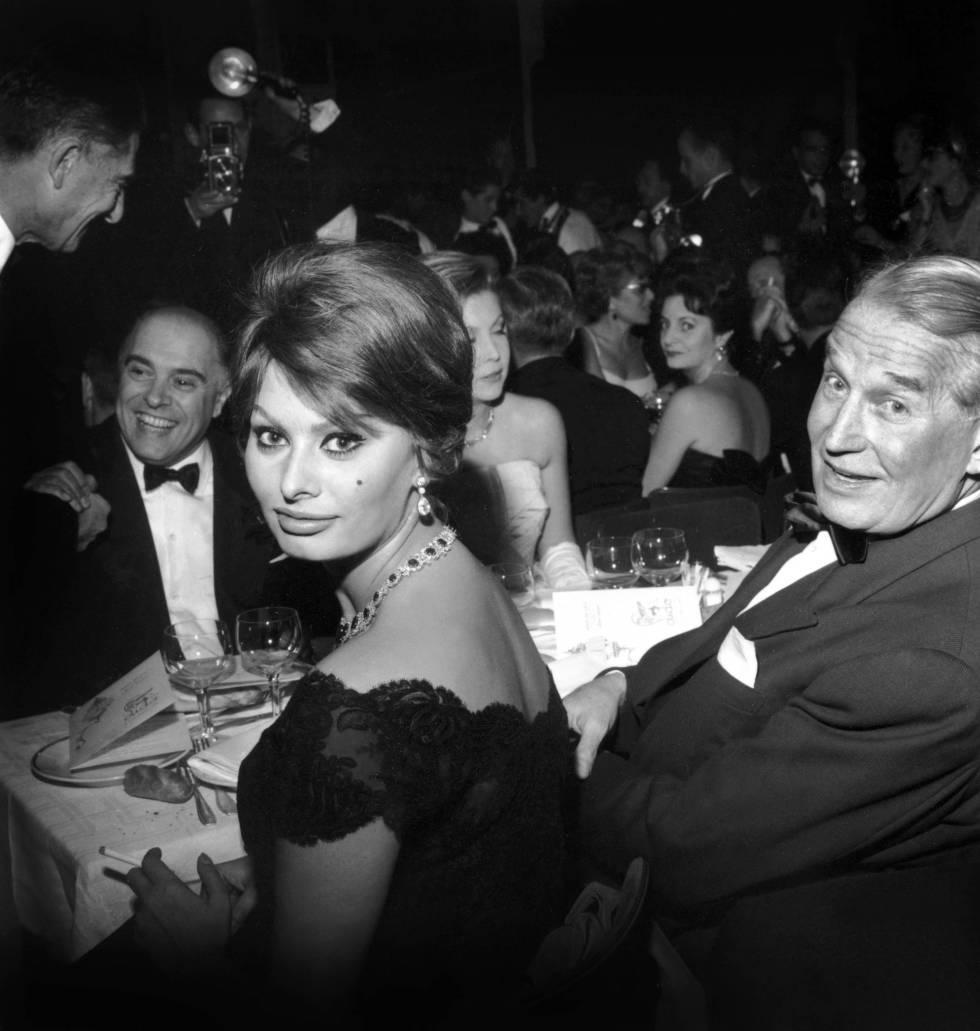 Sofia Loren, en París en 1959. Frente a ella, Carlo Ponti; a su lado, Maurice Chevalier.