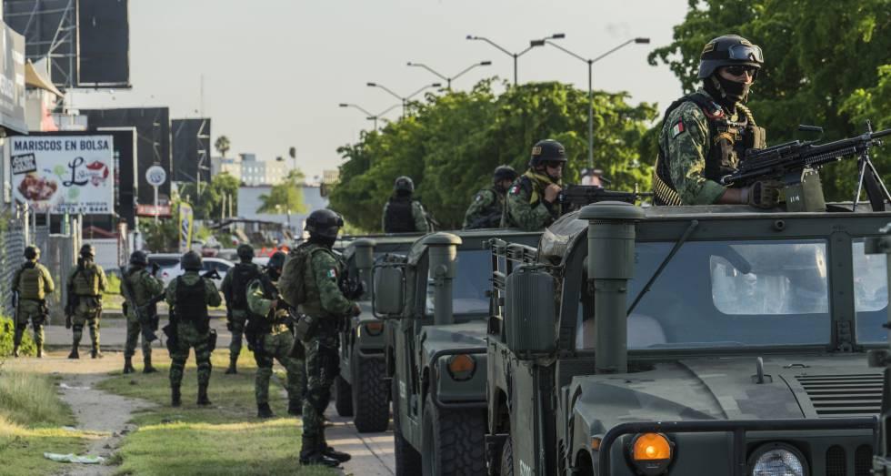 Militares mexicanos en Culiacán, tras el fallido operativo para capturar a Ovidio Guzám, hijo de Joaquín 'El Chapo' Guzmán.