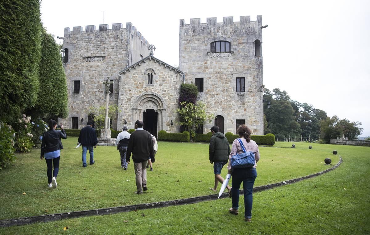 Un grupo de turistas realiza una visita guiada al Pazo de Meirás, en Sada (Coruña).
