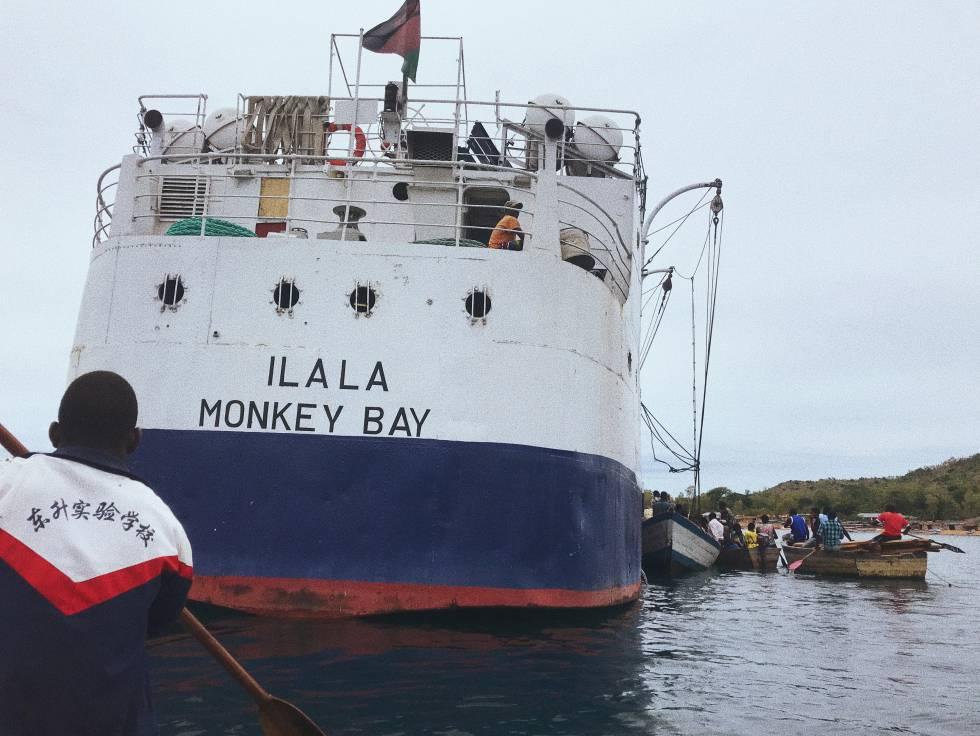 Pescadores subiendo a la barca Ilala (que navega el Lago Malawi desde 1951) en la Isla Likoma.