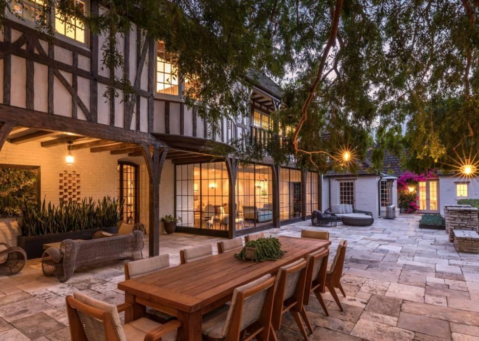 La casa, de estilo mediterráneo, ha sido remodelada sucesivas veces desde 1934 pero ha mantenido los detalles básicos de su estructura.