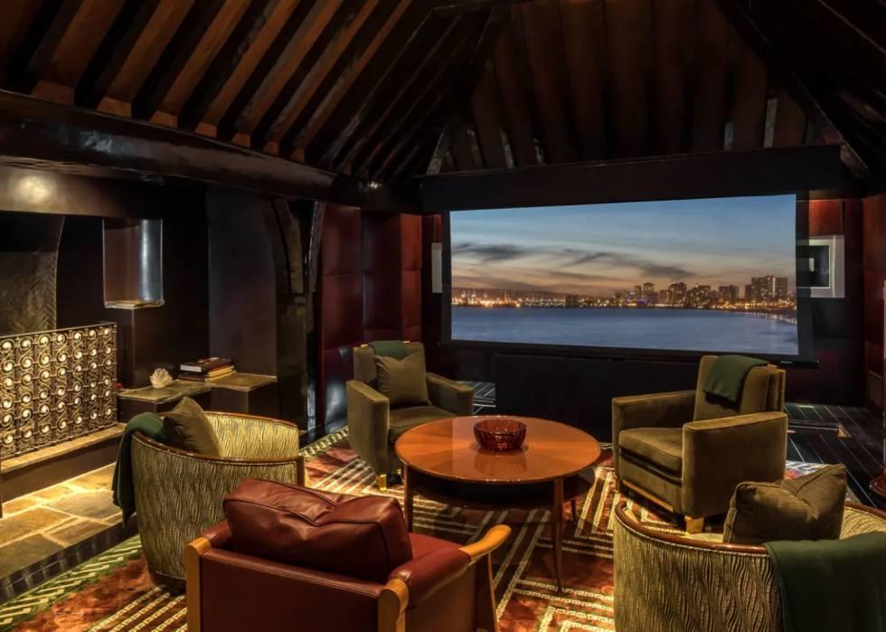 La zona de bar, que incluye una gran chiemenea, se puede convertir también en un pequeño cine.