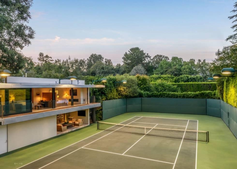 La gran pista de tenis fue, junto a la casa de invitados, parte de la reforma que hicieron Brad Pitt y Jennifer Aniston tras adquirir la propiedad en 2001.