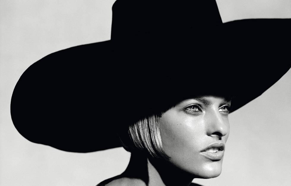 La modelo Linda Evangelista, vestida con la colección de alta costura otoño-invierno de 1993 de Gianfranco Ferré para  Harper´s Bazaar .