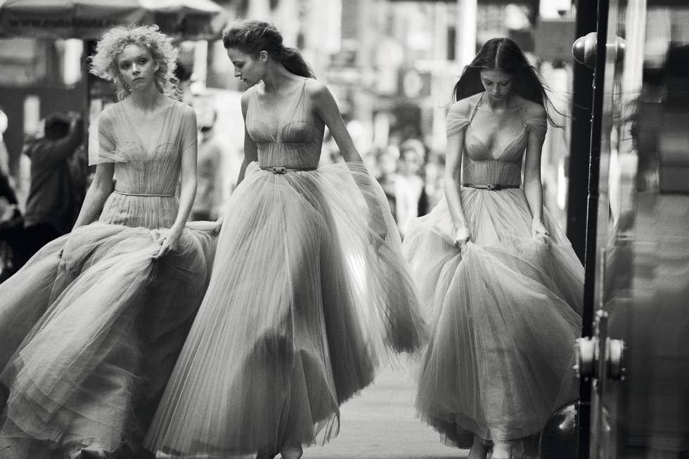 Las modelos Felice Noordhoff, Sara Grace Wallerstedt y Lily Nova, con diseños de otoño-invierno de 2018 de Maria Grazia Chiuri. A la derecha, Karen Elson en 2018, con traje diseñado por Christian Dior para la colección otoño-invierno de 1950.