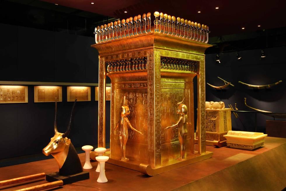 Réplica de la capilla canópica, arropada por las diosas protectoras Isis, Nephthys, Neith y Selkis, y el cofre de alabastro con los cuatro vasos canopes donde se guardaban las entrañas del faraón.