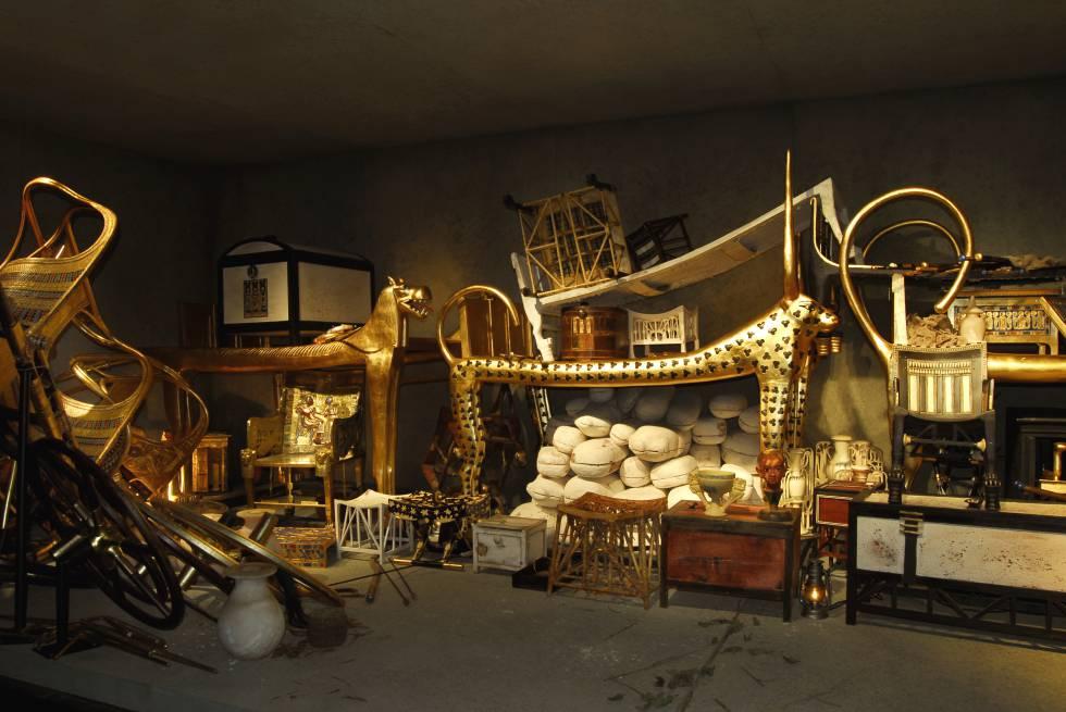 Sala de la exposición que reproduce, con copias de los objetos, la antecámara de la tumba de Tutankamón en el momento de ser descubierta, el 26 de noviembre de 1922.