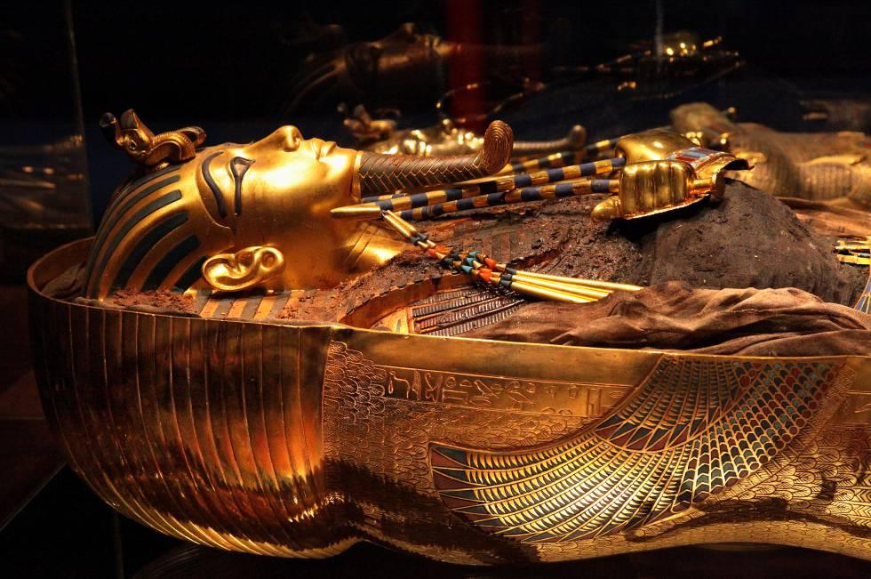 La máscara de oro macizo con incrustaciones de vídrio y piedras preciosas, se deslizó sobre la cabeza de la momia embalsamada del Rey. Los vivaces ojos están hechos de cuarzo brillante, y las pupilas de obsidiana. Sobre el nemes, el tocado funerario a rayas, destacan el buitre y la cobra, símbolos del Alto y el Bajo Egipto.